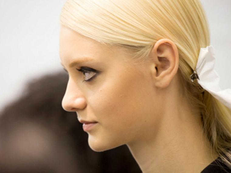 Prodotti per schiarire i capelli, donna con capelli biondi, viso di profilo