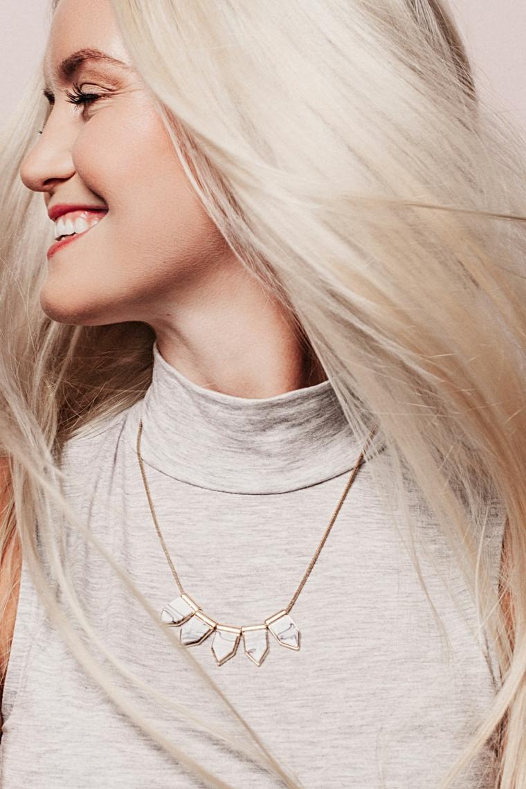 Schiarire i capelli con la camomilla, ragazza sorridente, capelli lunghi e lisci