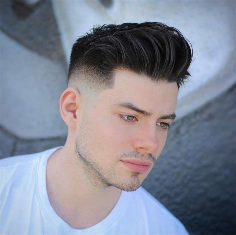 Uomo con capelli rasati, ciuffo lungo davanti