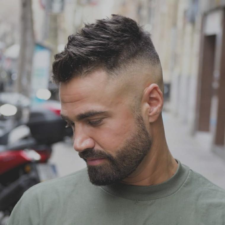 Uomo rasato ai lati, uomo con barba, maglietta di colore verde