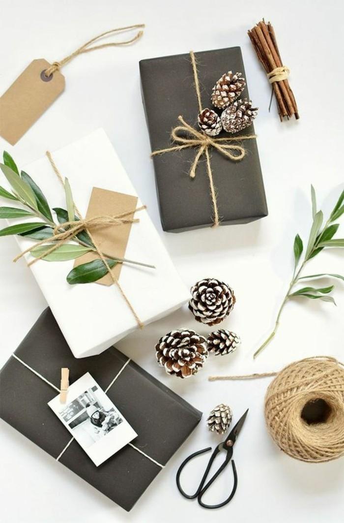 Pacchi regalo con foglie verdi, decorazioni regalo con pigne