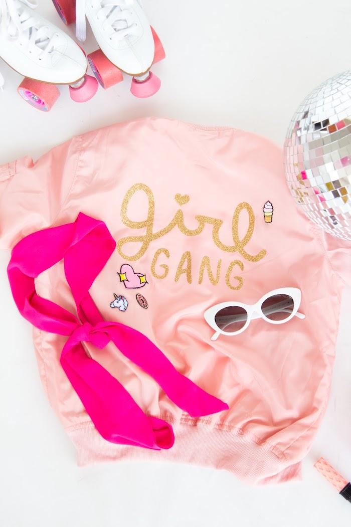 Idee regalo compleanno amiche, giacca bomber rosa, scritta incollata su giacca