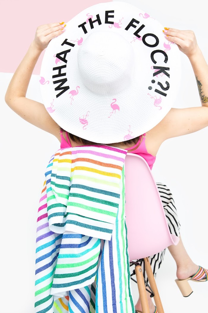 Idee regalo creative, cappello con scritta, donna seduta su sedia