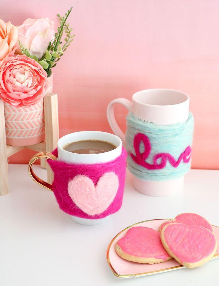 Tazza decorata, tazza con cioccolata calda, biscotti con glassa rosa