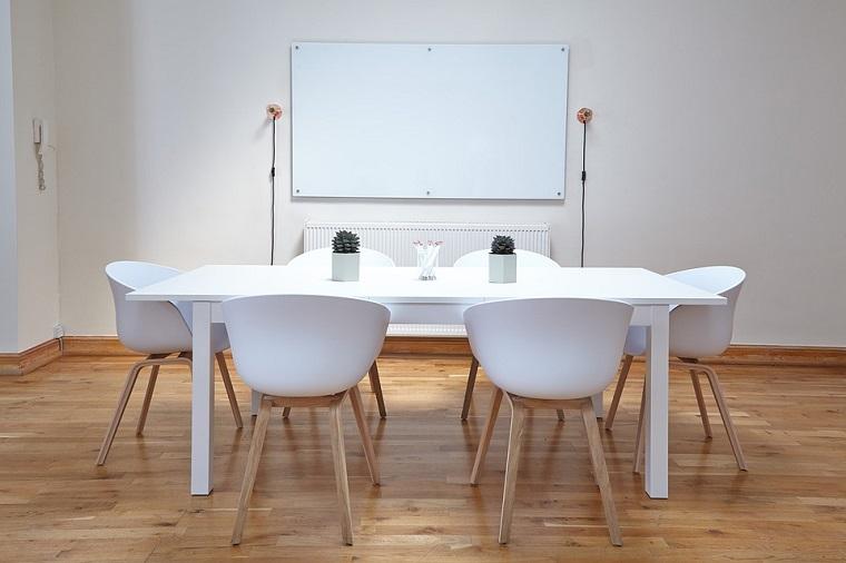 Set tavolo con sedie, pavimento in legno oleato, sala riunioni