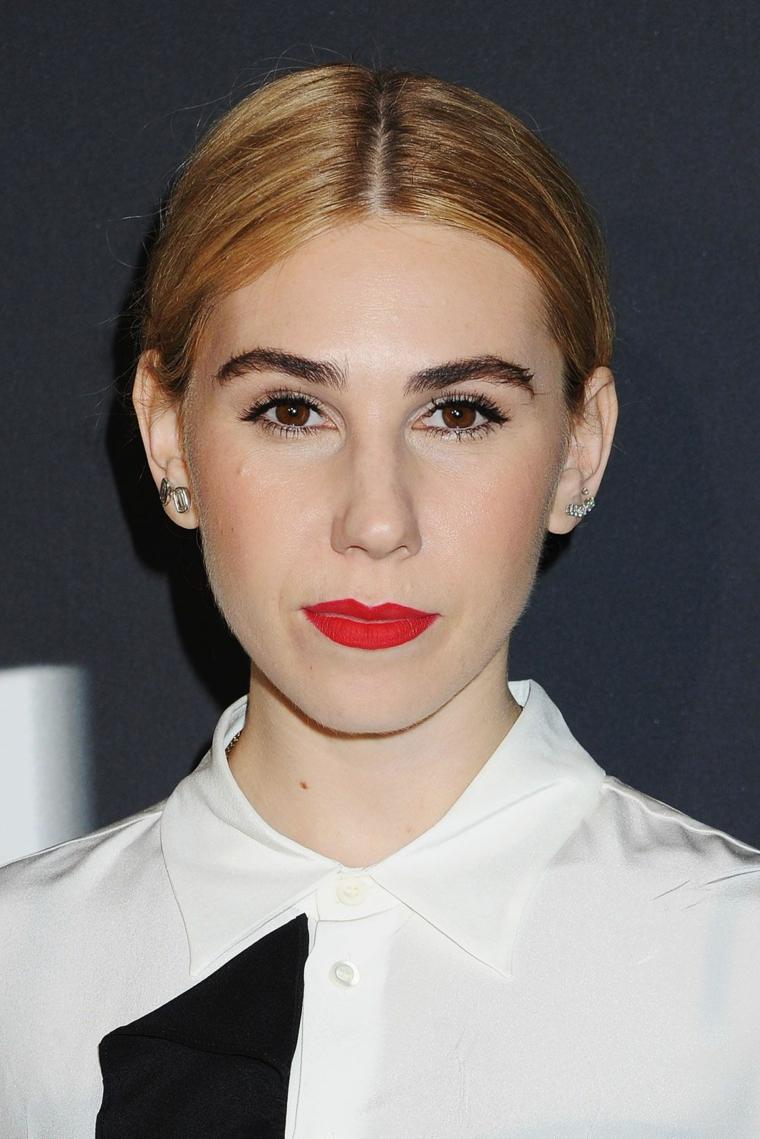 Capelli schiariti, ragazza con capelli legati, rossetto rosso