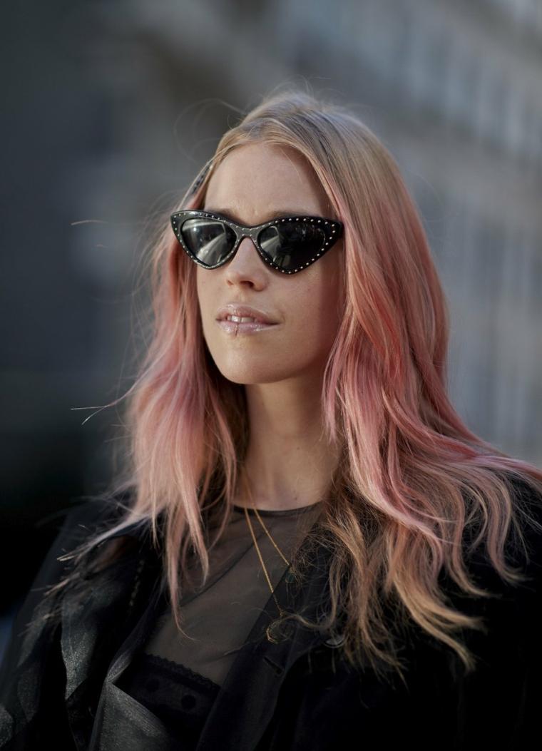 Capelli biondi fragola, schiarente capelli, donna con occhiali da sole