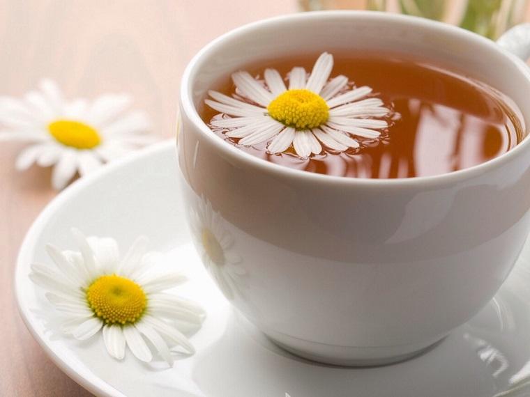 Tazza con camomilla, decolorazione capelli, fiore con petali bianchi