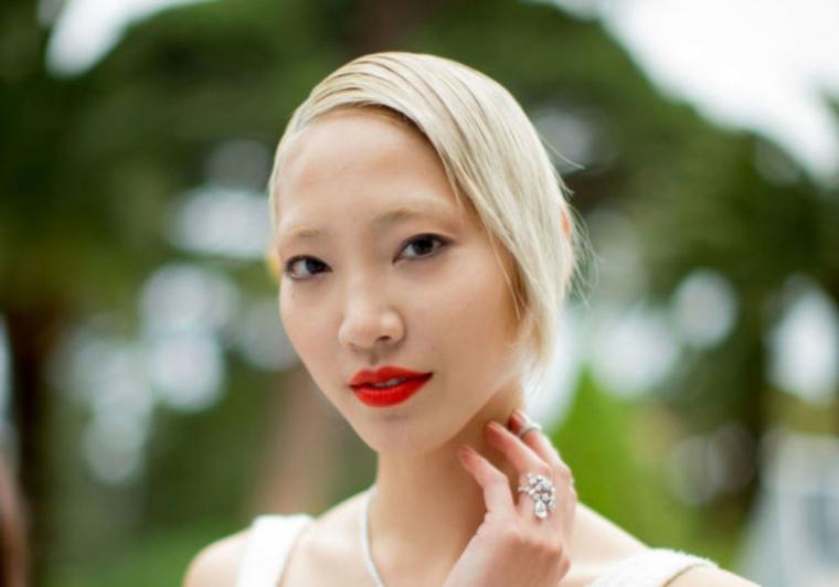 Capelli schiariti, ragazza con capelli biondi, rossetto rosso