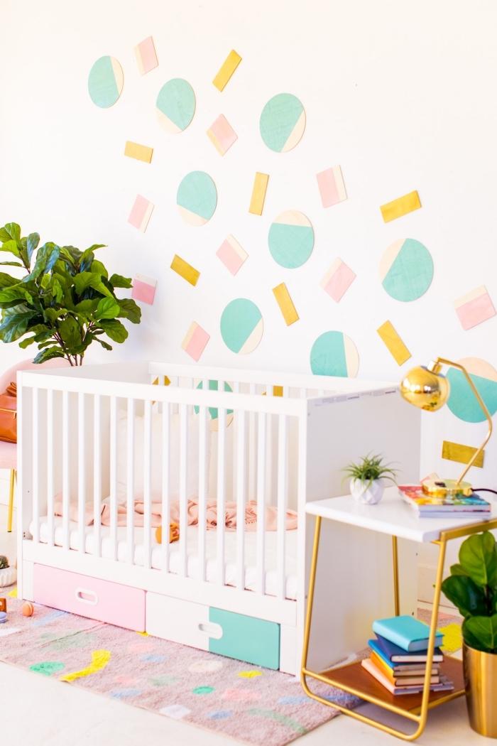 Cameretta con lettino, decorazioni pareti moderne, forme geometriche di legno