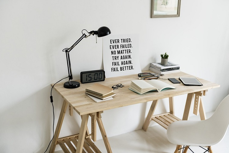 Scrivania di legno, parete attrezzata con scrivania, lampada da tavolo