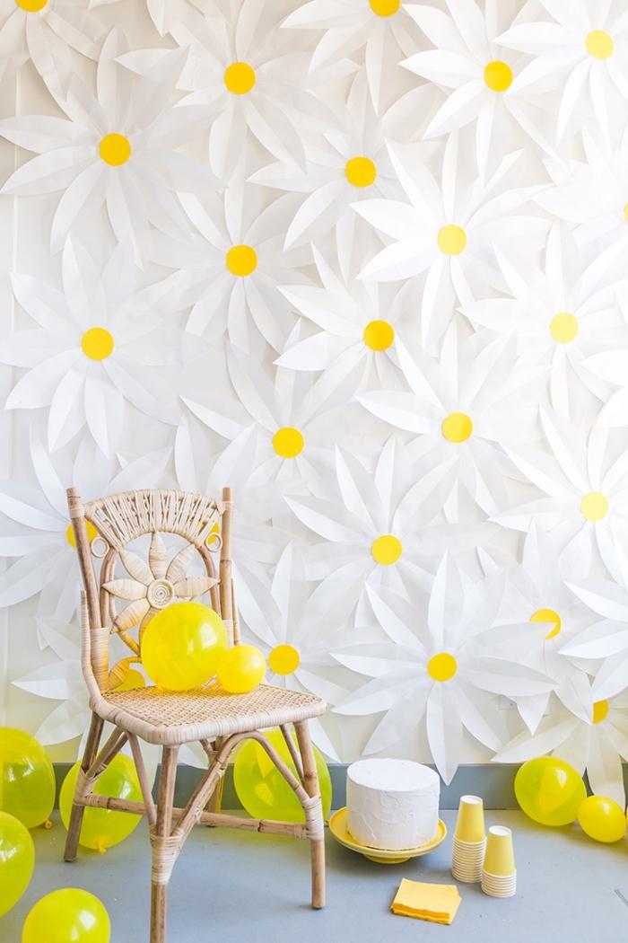 Come decorare le pareti, fiori di carta, sedia di legno