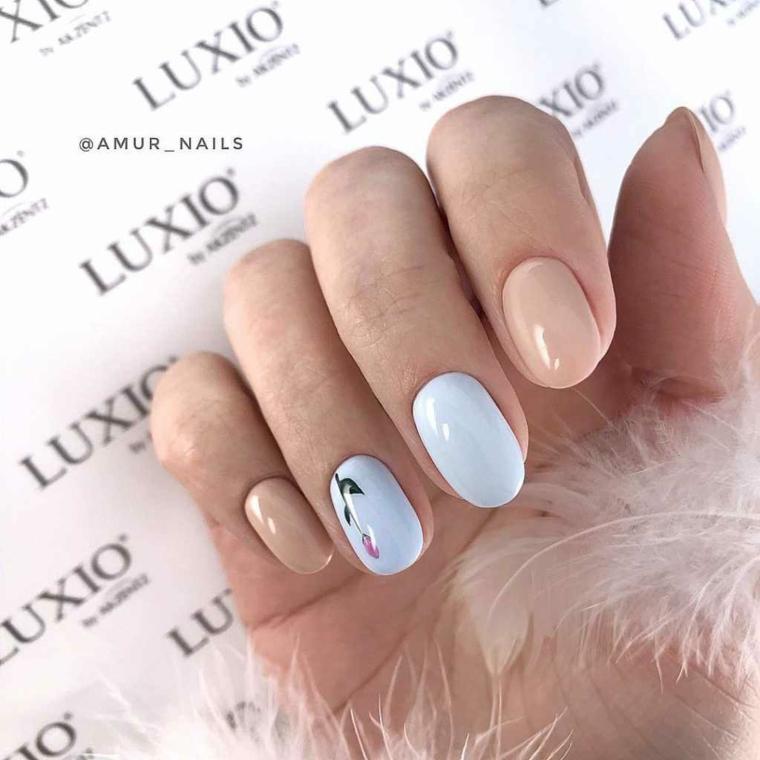 Smalto di colore azzurro, unghie a mandorla, disegni sulle unghie