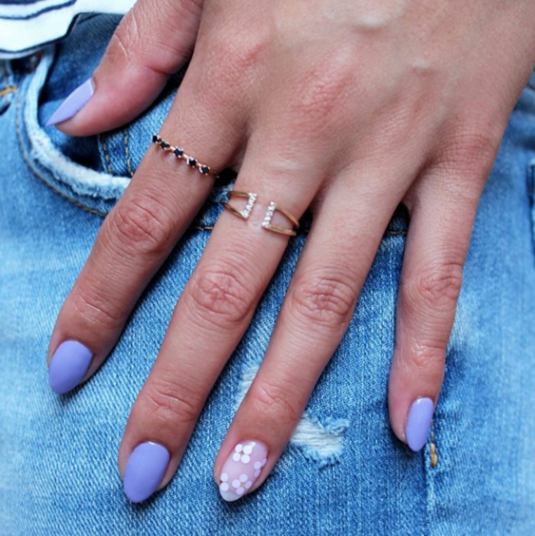 Unghie gel particolati, manicure forma a mandorla, anelli sulle dita