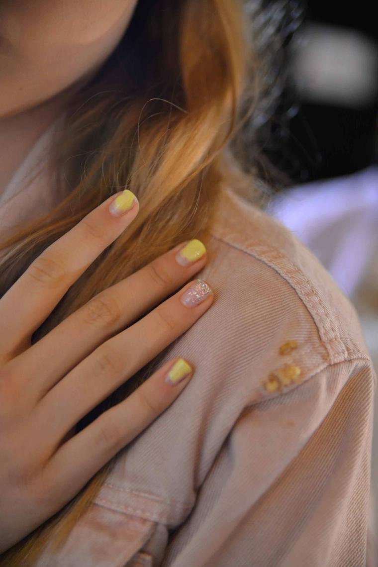 Smalto rosa glitter, giacca di pelle donna, unghie chiare