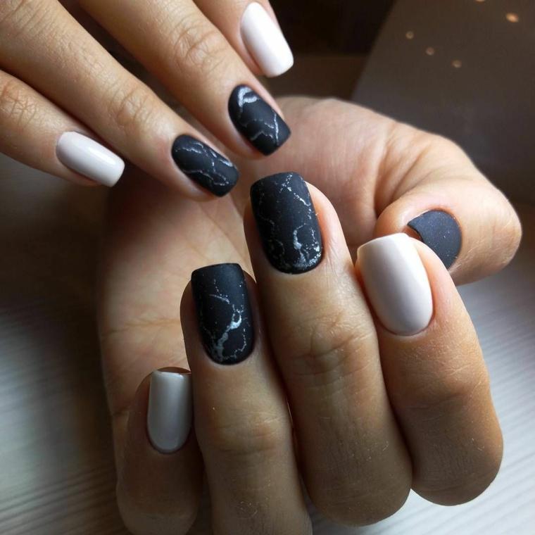Unghie bellissime, smalto colore nero, manicure effetto marmo