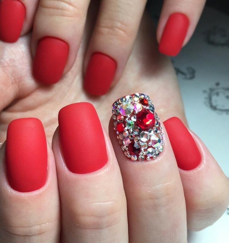 Smalto rosso opaco, accent nail con brillantini, unghia con brillante rosso