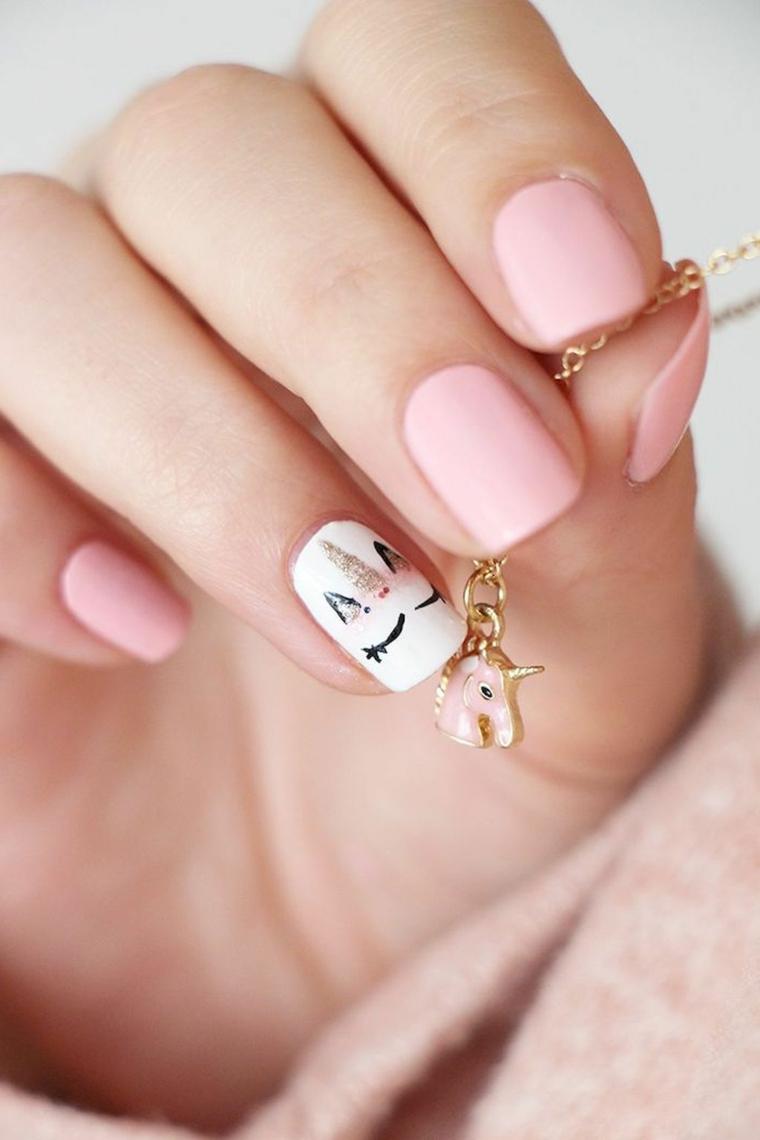 Disegni sulle unghie, accent nail dito anulare, disegno unicorno, ciondolo con unicorno