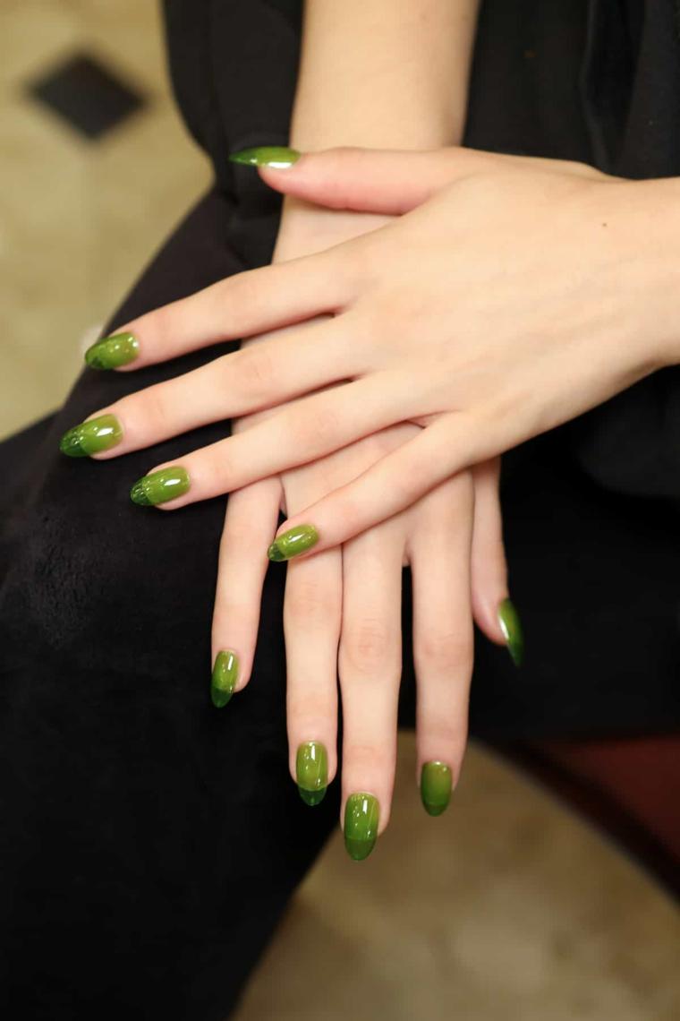 Nail art french, smalto di colore verde, unghie a mandorla