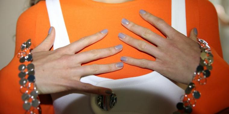 Manicure unghie corte, smalto colore viola