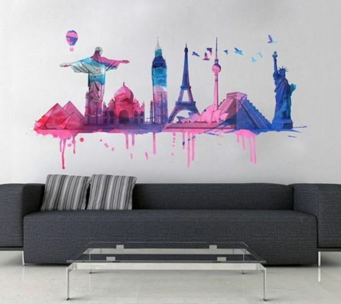 Disegno astratto da parete, salotto con divano grigio, soggiorno con tavolino di vetro