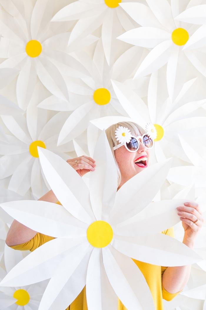 Decorare pareti fai date, fiori con fogli bianchi, donna con capelli biondi