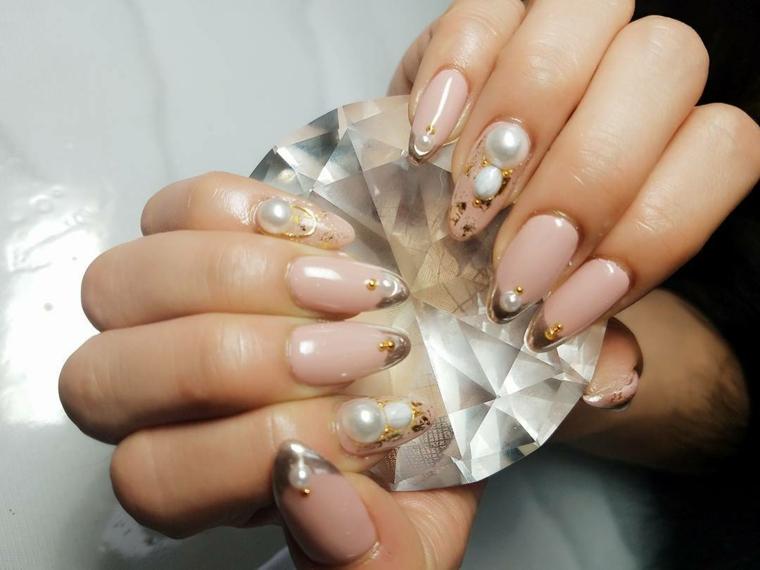 Stiletto colore rosa, decorazioni unghie con brillantini, unghie chiare
