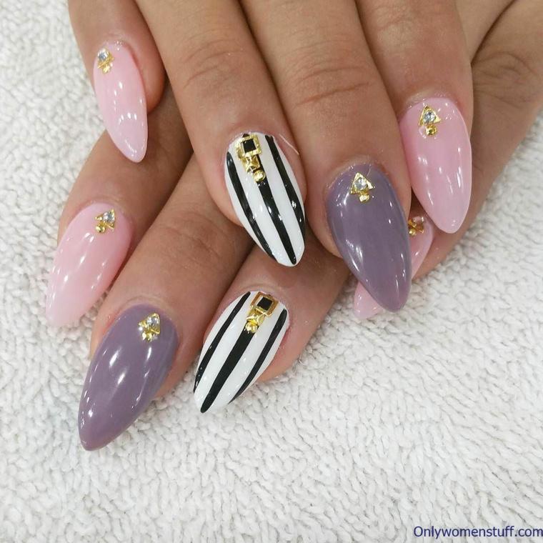 Disegni sulle unghie, smalto di colore viola, decorazione unghie con brillantini