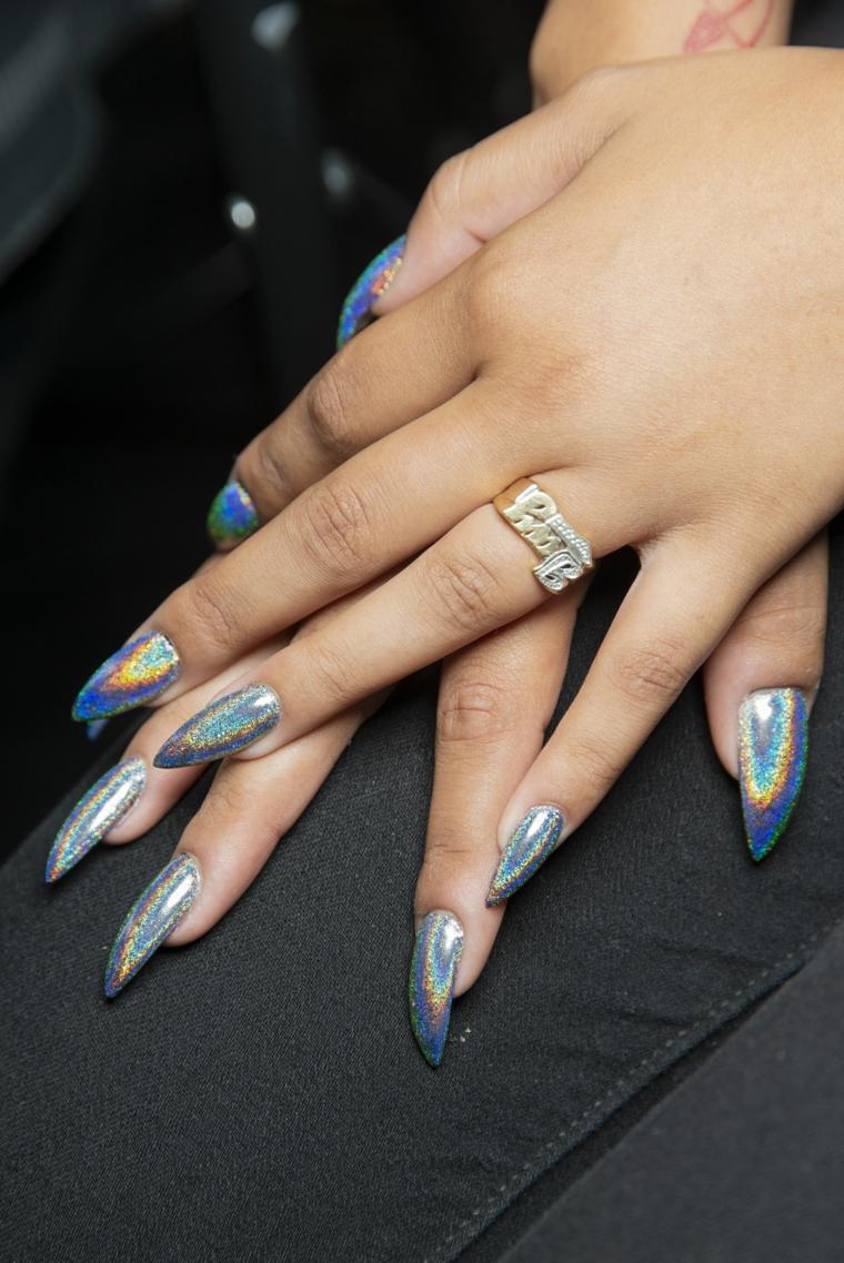 Unghie bellissime, unghie stiletto, smalto colore argento lucido