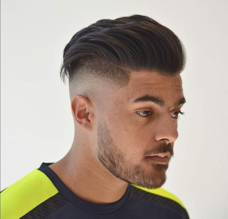 Uomo con barba, taglio laterale corto, taglio rasato ragazzo