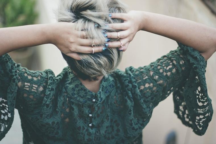 Manicure unghie corte, donna con capelli corti, tagli capelli corti