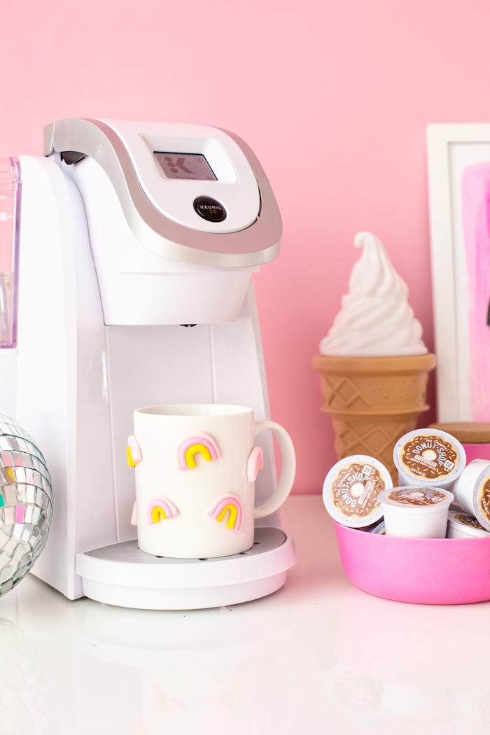 Tazza colore bianco, macchina per il caffè, tazza decorata