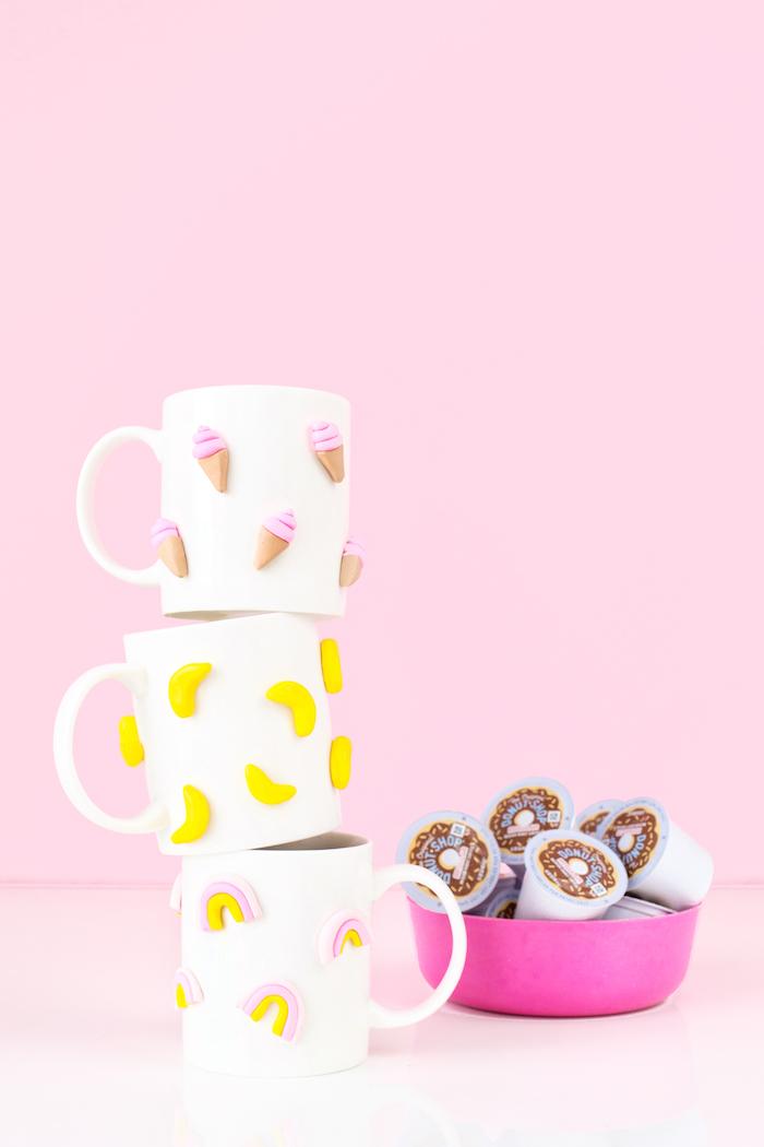 Capsule di caffè, tazze colorate, tazze decorate con figurine
