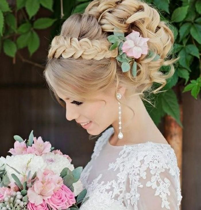 Capelli di colore biondo, treccia a corona, fiore tra i capelli