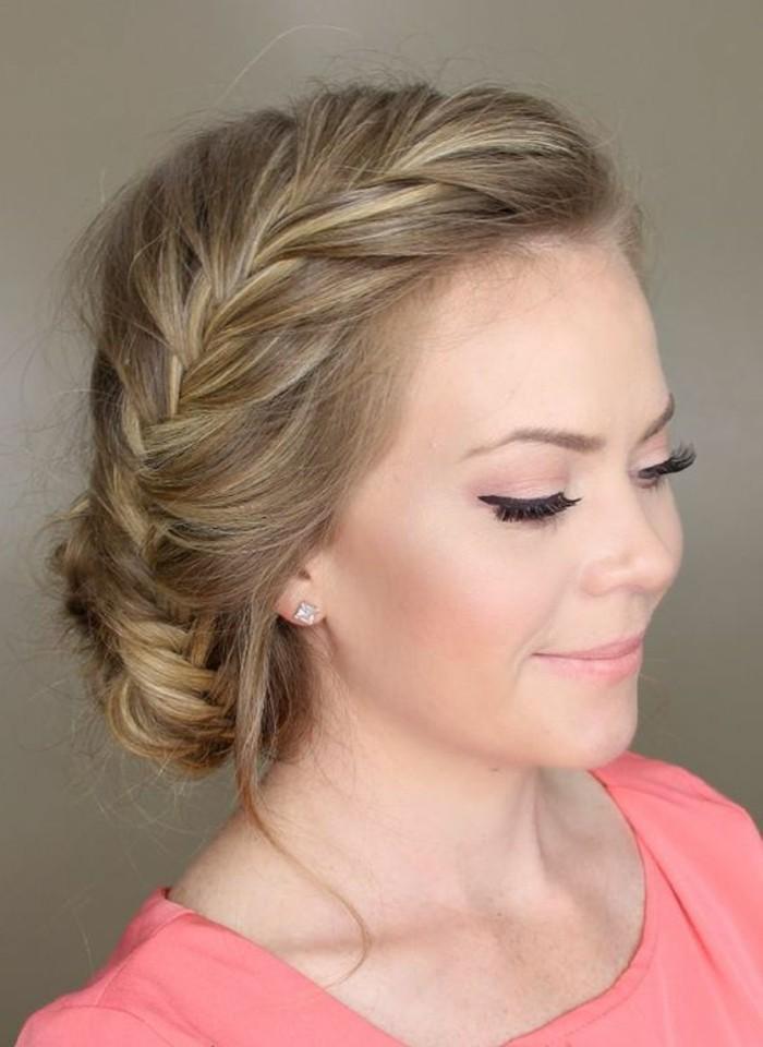 Capelli di colore biondo, treccia laterale, capelli raccolti, maglietta rosa da donna
