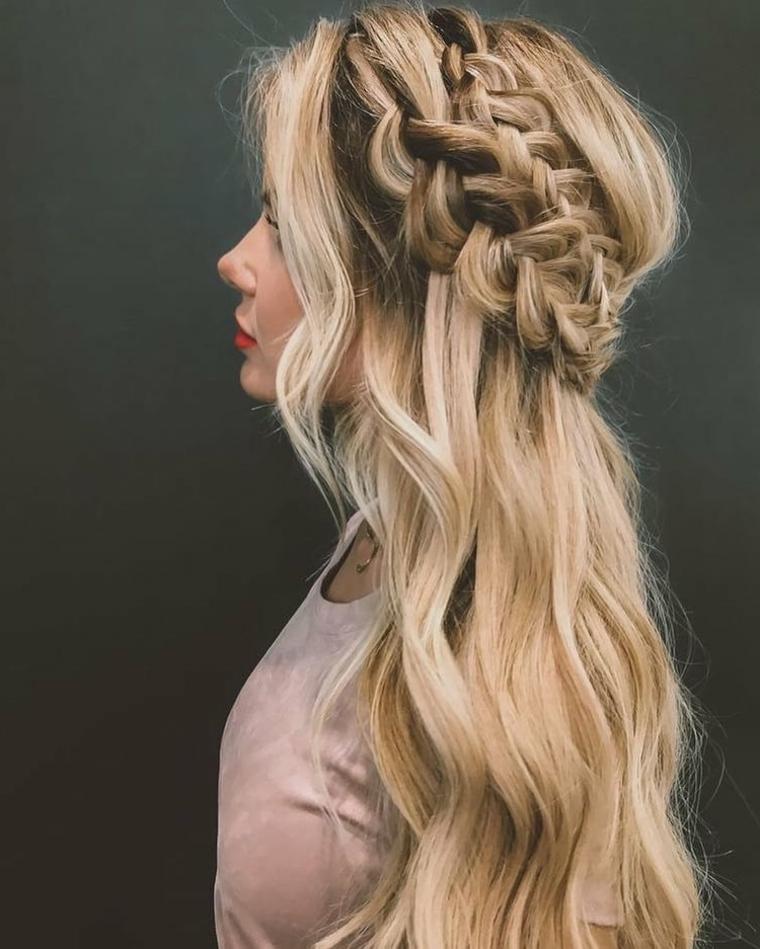 Pettinatura con treccia laterale, capelli lunghi biondi, schiarente capelli
