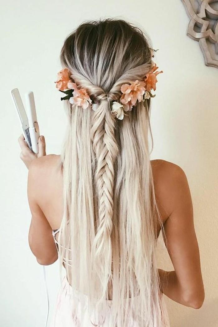 Pettinatura con treccia, capelli lunghi biondi, piastra per capelli