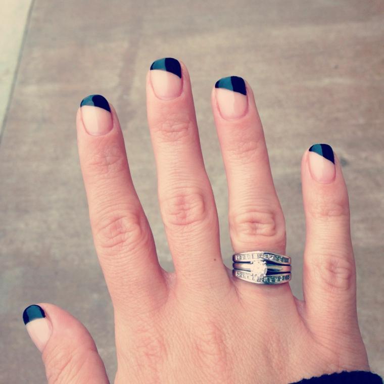 Manicure perfetta, french di colore blu, anello in oro bianco, unghie corte