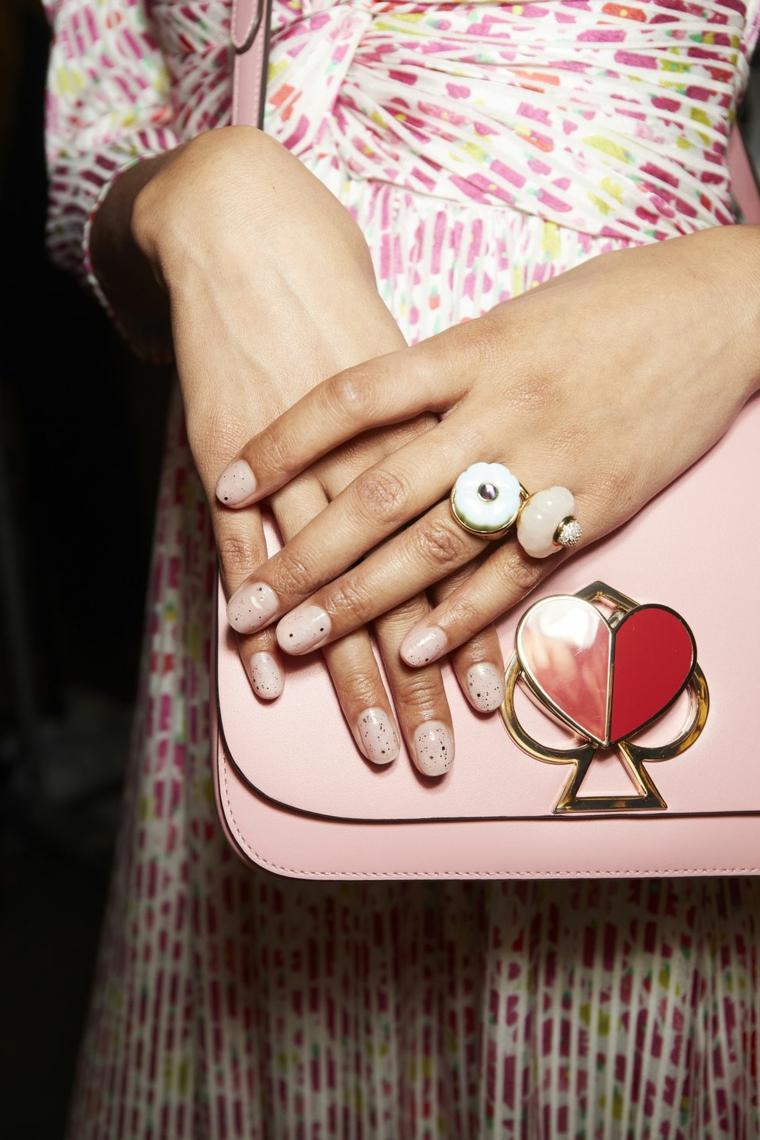 Manicure perfetta, smalto di colore rosa, decorazione unghie con brillantini