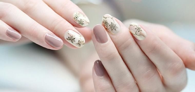 Disegni sulle unghie, smalto colore marrone, disegni su smalto bianco