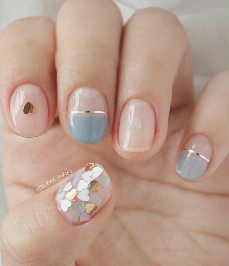 Smalti di colore chiaro, smalto con cuori, disegni su manicure corta