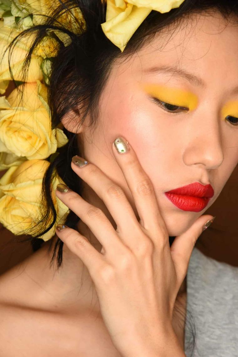 Disegni sulle unghie, smalto colore argento, decorazioni unghie con brillantini