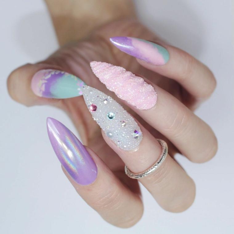Unghie stiletto lungo, smalto colore arcobaleno, decorazioni unghie con brillantini