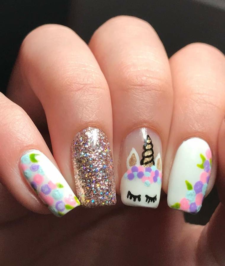 Disegno unghie unicorno, smalto argento glitter, immagine mano di una donna