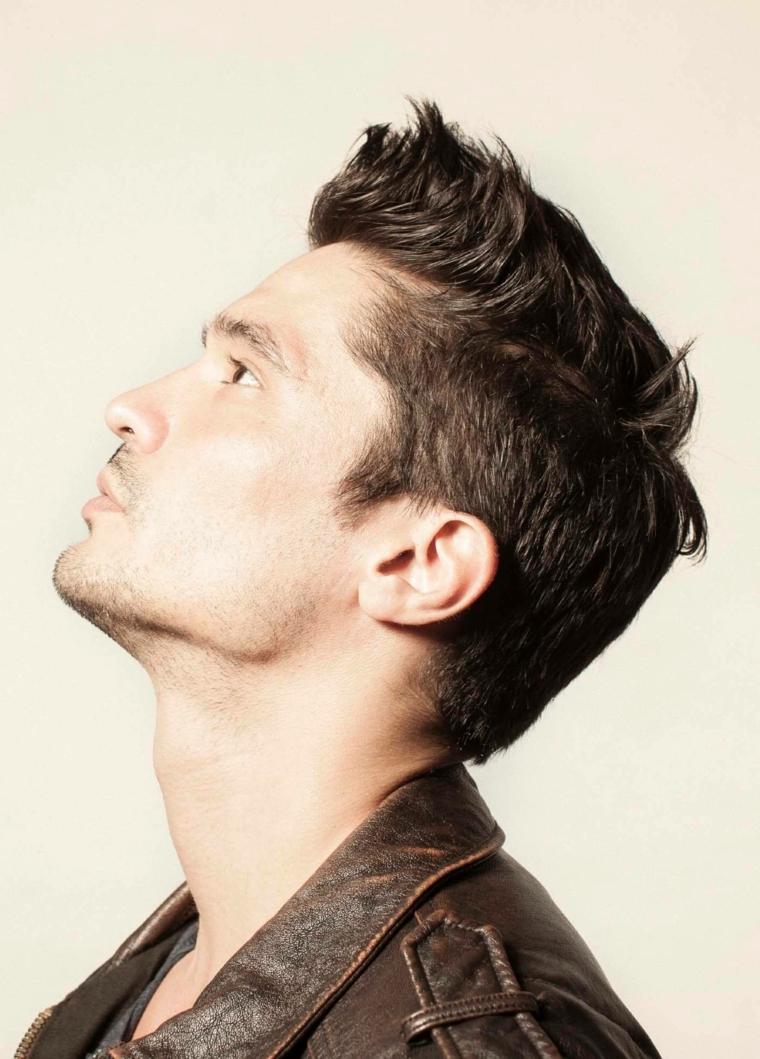 Capelli di lato più corti, uomo con capelli castani, giacca di pelle marrone