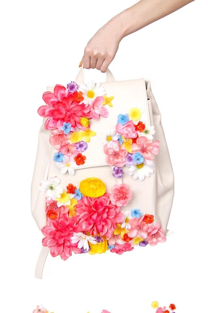 Zaino con fiori, mano di una donna, idee regalo compleanno amica