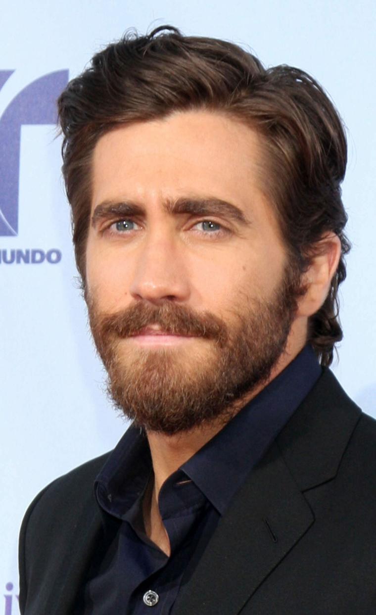 L'attore Jake Gyllenhall, uomo con barba, capelli castani mossi