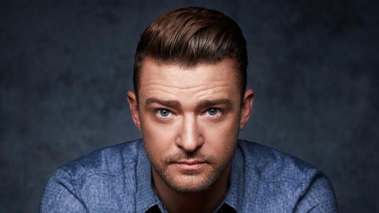 Il cantante Justin Timberlake, ragazzo con occhi azzurri, capelli tirati indietro, capigliature uomo
