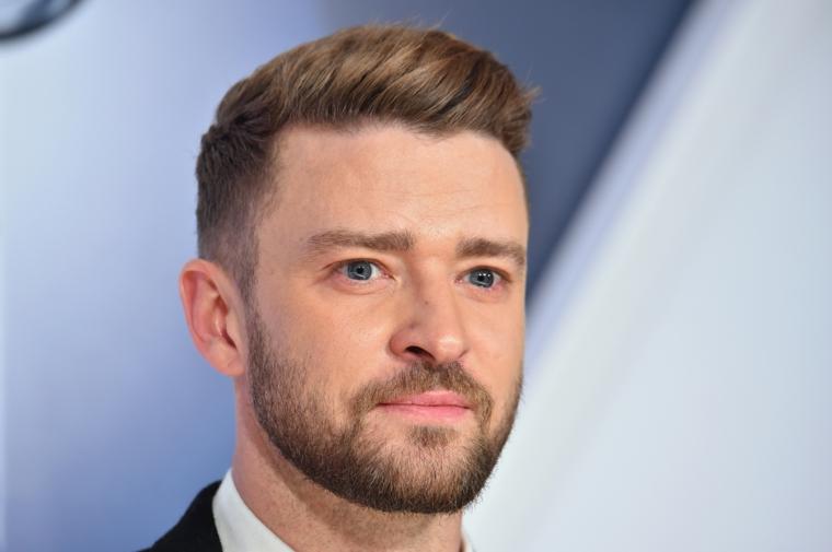Il cantante Justin Timberlake, capelli rasati ai lati, ragazzo con barba
