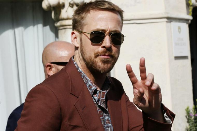L'attore Ryan Gosling, capelli colore biondo, capelli rasati ai lati